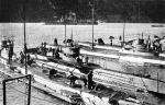 """Niemieckie okręty podwodne w bazie Cattaro – na dalszym planie krążownik """"Sankt Georg"""""""