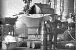 """Marynarz z załogi SMS """"Radetzky"""" przy pocisku kal. 305 mm."""