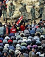 Czołgi wśród demonstrantów na placu Tahrir. Jak zawsze w nowoczesnej historii Egiptu, to wojsko ostatecznie pociąga za sznurki (fot. MIGUEL MEDINA)