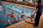 Ćwiczenia na basenie pomagają nabrać kondycji i przełamać lęk przed lekcjami WF-u