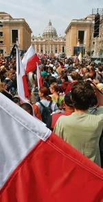Na placu św. Piotra w Rzymie zmieści się najwyżej 150 tys. pielgrzymów. Władze miasta spodziewają się nawet 2 mln. Na zdjęciu Polacy podczas pogrzebu Jana Pawła II w 2005 r.