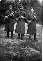 """Patrol z oddziału  samoobrony """"Jeża""""  (od lewej: Zdzisław  Sobierajski """"Czesław"""", Jan Sobierajski """"Hrtabia"""" i Tadeusz Moszczyński """"Feliks"""")"""
