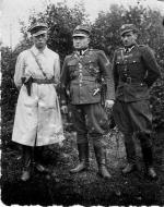 """Kadra III Komendy KWP. Od lewej: Jan Kwapisz  """"Lis – Kula""""  (+ 21 VII 1951 r.),  Jan Małolepszy  """"Murat"""" (+ 11 III 1949 r.), Kazimierz Skalski """"Zapora""""  (+ 22 I 1948 r.), fotografia wykonana  w sierpniu 1947 r.  w Lesie Klonowskim"""