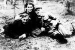 """Plut. Marian Knop  """"Wicher"""", """"Własow"""",  z prawej sierż. Bolesław Kil """"Ponury"""", w środku Stanisława Kil  """"Filipinka"""" (fotografia z partyzantki w 1944 r.)"""
