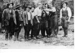 """Józef Kuraś """"Ogień"""" wśród podkomendnych (w środku grupy,  w białej koszuli),  pierwszy z lewej  Kazimierz Kuras """"Kruk"""", drugi z prawej Jan Kolasa """"Powicher"""""""