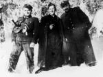 """Żołnierze  """"Żandarmerii"""" PPAN. Od lewej Mieczysław Rembiraz """"Orlik"""",  ks. Władysław Gurgacz """"Sem"""", Stanisław  Pióro """"Emir"""". Zima 1948/1949 r."""