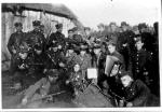 """Żołnierze oddziału """"Groźnego"""" jesienią 1945 r. Na samym dole od lewej leżą: Tadeusz Moszczyński """"Szczur"""", Bolesław Kamiński """"Sor"""", Roman Dawicki  """"Jastrząb"""". Powyżej nich (w drugim rzędzie)  od lewej: NN, Tadeusz  Michalski """"Ryś"""", Feliks  Lisowski """"Stawa"""", Edward Tuszyński  """"Jaskółka"""" (w kapeluszu), Stanisław Buda """"Orzeł"""", Eugeniusz Kokolski """"Groźny"""", Józef  Burzyński """"Żbik""""  (z akordeonem),  Edward Kmieciak """"Słoń"""""""