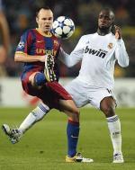 Andres Iniesta wrócił po kontuzji i asystował przy golu dla Barcelony. Lassana Diarra był jednym z najlepszych w Realu (fot. JOSEP LAGO)
