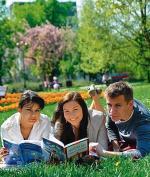 Dziś egzaminem pisemnym  z języka polskiego rozpoczyna się matura 2011. Pisemne egzaminy potrwają  do 24 maja. Na zdjęciu maturzyści z Opola