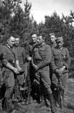 """Kadra oddziału """"Huzara"""". Od lewej: st. sierż. Lucjan Niemyjski """"Krakus"""", Józef Brzozowski """"Hanka"""", Wacław Zalewski """"Zbyszek"""", por. Witold Buczak """"Ponury"""", Józef Gontarczuk """"Korsarz"""", Stanisław Łapiński """"Orzełek"""" (fot. z 1951 r.)"""