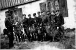 """Przegląd oddziału  """"Roja"""", dowódca  odczytuje rozkaz przed frontem żołnierzy (wiosna 1948 r.)"""