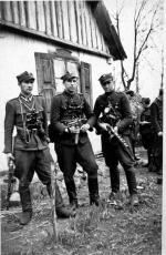 """""""Rój"""" (pierwszy z lewej) wśród swych żołnierzy"""