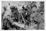 """Dowódcy patroli nad mapą, wiosna – lato 1947 r., stoją od lewej: Stanisław Kuchcewicz """"Wiktor"""", NN, Józef Franczak """"Laluś"""", NN"""
