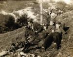 """Partyzanci oddziału """"Wiarusy"""" wiosną 1948 r. Od lewej:  Kajetan Samborski """"Teściowa"""", Tadeusz Dymel """"Srebrny"""" i Edward Skórnóg """"Szatan"""" zbiory"""