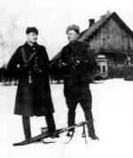 """Stoją od lewej: Edward Taraszkiewicz """"Żelazny"""" i Zdzisław Kogutowski """"Ryś"""" (poległ 24 grudnia 1946 r. podczas tzw. krwawej Wigilii)"""