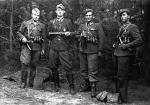 """1947 r. – stoją od lewej: Henryk Wybranowski """"Tarzan"""" († 16 XI 1948 r.), Edward Taraszkiewicz """"Żelazny"""" († 6 X 1951 r.), Mieczysław Małecki """"Sokół"""" († 11 X 1947 r.), Stanisław Pakuła """"Krzewina"""" (skazany na wieloletnie więzienie)"""