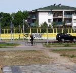 Chodnik przedzielony na środku trawnikiem