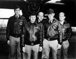"""Załoga ppłk. Doolittle'a przed startem do lotu nad Tokio, kwiecień 1942 r. Doolittle dowodził rajdem bombowców B-25 Mitchell z lotniskowca """"Hornet"""" na japońskie miasta – był to odwet za Pearl Harbor"""