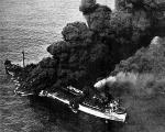 """Tankowiec USS """"Neosho"""" płonie zbombardowany przez Japończyków, 7 maja 1942 r."""