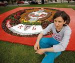 Praca Mariny Napruszkiny to ułożone z kwiatów  i kamieni godło białoruskiego KGB