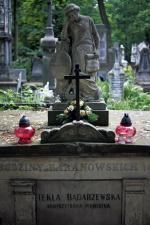 """Na grobie Tekli stoi postać trzymająca w ręku """"Modlitwę dziewicy"""""""