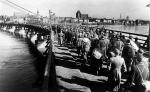 Kolumna jeńców niemieckich na moście  w Toruniu, luty 1945 roku