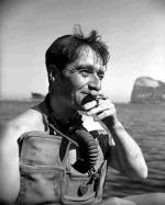 """Lionel """"Buster"""" Crabb, brytyjski nurek, który zginął przy próbie spenetrowania kadłuba krążownika """"Ordżonikidze"""" w porcie Portsmouth"""