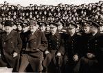 """Chruszczow i Bułganin z załogą krążownika """"Ordżonikidze"""" podczas rejsu do Wielkiej Brytanii, 1956 r."""