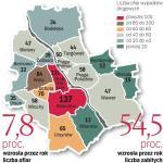 Najwięcej ofiar wypadków było na Mokotowie i w Śródmieściu. Niebezpiecznie jest też na ulicach Woli. Najmniej poszkodowanych w wypadkach odnotowano w ciągu ostatnich dziewięciu miesięcy w Wilanowie, Wesołej i Rembertowie.  W stolicy najwięcej wypadków było w lutym. Na Mazowszu liczba ok. 500 kolizji utrzymuje się na podobnym poziomie od maja do października. Najmniej jest ich w grudniu.