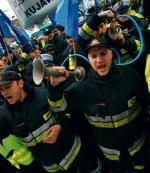 Zapowiedź podwyżki  dla służb mundurowych ma osłodzić plan wydłużenia wieku emerytalnego policjantów, żołnierzy  czy strażaków (na zdjęciu protest  w Gdańsku  w 2009 r. przeciwko reformie emerytur)