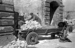 Rok 1946. Rozbiórkowa cegła ładowana jest na wóz konny  – w owym czasie  podstawowy środek  transportu warszaw- skiego