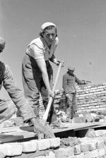Dwójka  (nie trójka!) murarska  na początku lat 50.  W tle ściana stawiana  z różnych  cegieł, czyli pochodzących ze starych domów