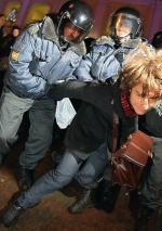 W Moskwie policja zatrzymała 300 osób protestujących przeciw fałszerstwom wyborczym, w Petersburgu (na zdjęciu) ponad sto (fot. Dmitry Lovetsky)