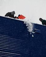 Samorządy apelują o usuwanie śniegu z dachów