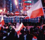 """Tuż po rozpoczęciu zorganizowanego przez młodych narodowców marszu """"Odzyskać Polskę'' grupa zamaskowanych mężczyzn obrzuciła kamieniami policję. Do zamknięcia tego numeru """"Rz"""" zatrzymano ok. 140 osób. Raniono 11 policjantów."""