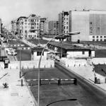 Checkpoint Charlie w czasach zimnej wojny, jeden z nielicznych wyłomów w murze berlińskim