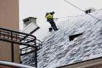 Jeśli nie zadbamy o odśnieżenie dachu,  w razie szkody towarzystwo może odmówić wypłaty odszkodowania