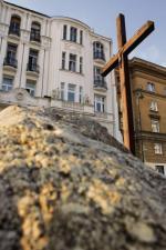 """Krzyżna skwerze ks. Popiełuszki,  o którym Elżbieta Janicka pisze: """"Krzyż.  A na krzyżu słodki, aryjski Pan Jezus.  Od Żydów ukrzyżowany""""."""