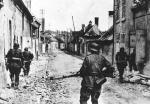 Niemieccy żołnierze wchodzą do polskiego miasteczka