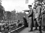 Adolf Hitler odbiera defiladę zwycięstwa w Warszawie 5 października 1939 roku