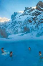W Hotelu Lindner Hotels&Alpentherme w Leukerbad jedną z atrakcji jest pływanie pod stokami