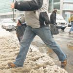 Chodnik ze śniegu powinien uprzątność właściciel posesji i to on odpowiada za szkody