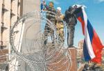 Mieszkańcy Doniecka wieszają rosyjską flagę na budynku administracji regionu