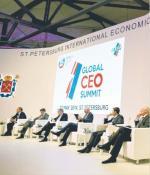 Minister gospodarki Rosji Aleksiej Ulukajew (pierwszy  od lewej) przyjął wczoraj m.in. prezesa Boston Consulting Group Hansa-Paula Buerknera (trzeci od lewej). Jednak prawie połowa szefów zachodnich koncernów  do Petersburga nie przyjechała
