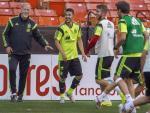 Trener Hiszpanów Vicente del Bosque – dobry wujek, którego wszyscy szanują. Obok David Villa i Sergio Ramos
