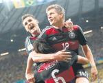 Miroslav Klose (z lewej), Toni Kroos i Sami Khedira. Radość Niemców po kolejnej bramce
