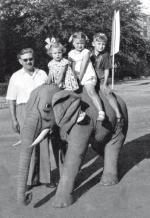 Krystyna, Ewa i Leszek z ojcem w latach 50.  W słonie wierzą do dziś
