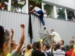 Hala spółki Kupieckie Domy Towarowe  w centrum Warszawy (na zdjęciu) mieściła kilkaset stoisk. W trakcie eksmisji  doszło do przepychanek, by nie powiedzieć: walk. Około  20 osób zostało zatrzymanych, a 100 wymagało pomocy medycznej.