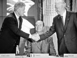 """""""Akt stanowiący o wzajemnych stosunkach, współpracy  i bezpieczeństwie pomiędzy NATO  a Federacją Rosyjską"""" okazał się tylko kawałkiem papieru – sugeruje autor.  Na zdjęciu sygnatariusze dokumentu:  Bill Clinton, Jacques Chirac, Bill Clinton, Paryż 27 maja 1997 r."""