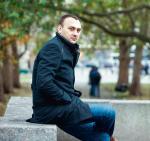 Dr Mikołaj Iwański, ekonomista, wykładowca na Wydziale Malarstwa iNowych Mediów Akademii Sztuki wSzczecinie, członek sekretariatu Obywatelskiego Forum Sztuki Współczesnej. ∑